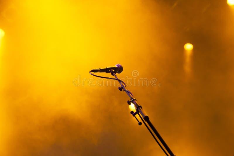 在音乐会-夏天音乐festiva期间,在阶段的话筒点燃 免版税库存图片