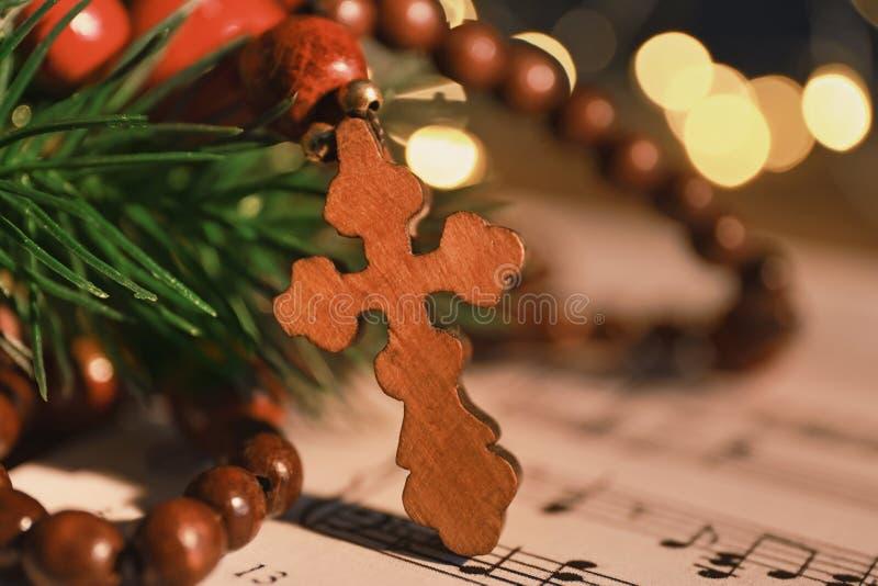 在音乐的木十字架 免版税库存照片