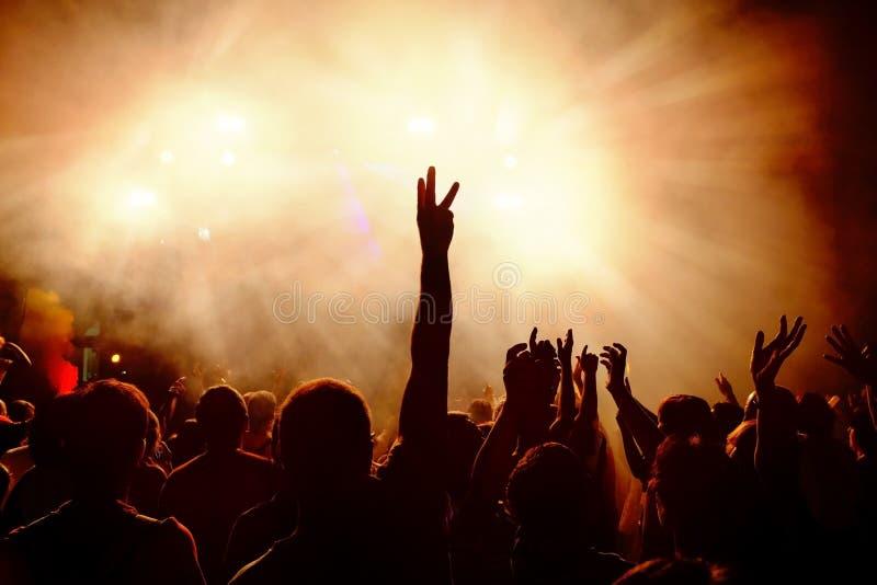 在音乐节的跳舞人群 免版税图库摄影