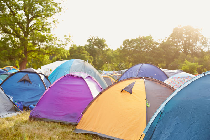 在音乐节露营地的帐篷 免版税库存照片