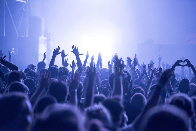 在音乐音乐会的人群 免版税库存图片