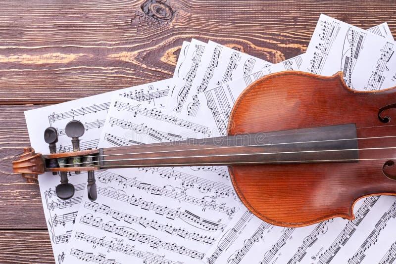 在音符板料的小提琴 免版税库存照片