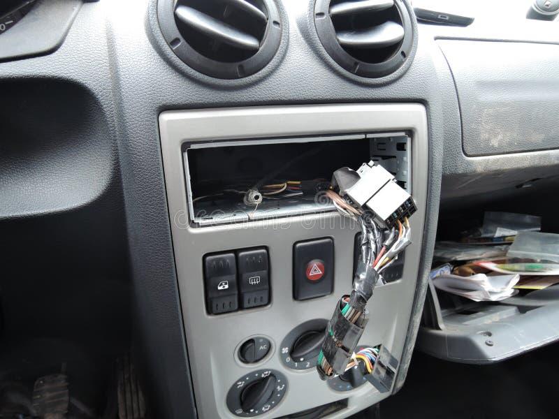 在音频接收器以后偷窃的汽车仪表板  免版税库存图片