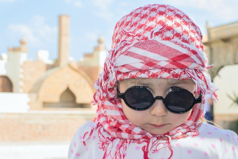 在顶头方巾的儿童表面 免版税图库摄影