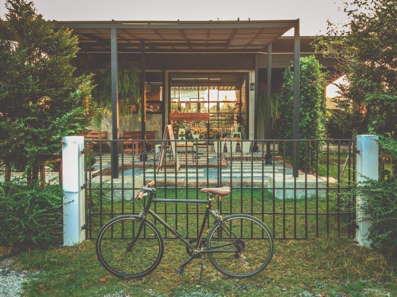 30 - 在顶楼样式房子前面停放的自行车循环 免版税库存照片
