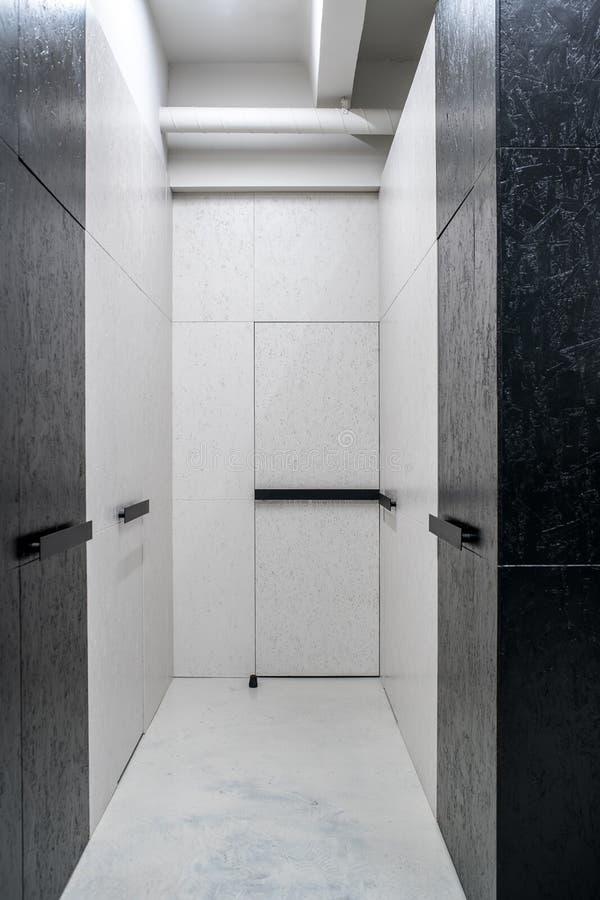 在顶楼样式的被阐明的内部与织地不很细墙壁 图库摄影