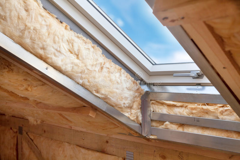 在顶楼的塑料有双重斜坡屋顶的房屋或天窗窗口有不伤环境和省能源的绝热rockwool的 库存图片