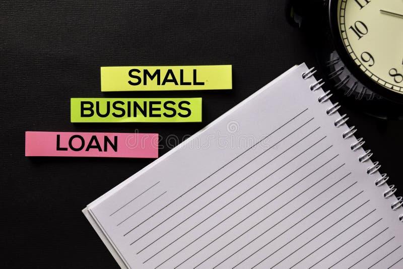 在顶视图企业工作场所和企业对象办公桌桌上的小企业贷款文本  库存图片