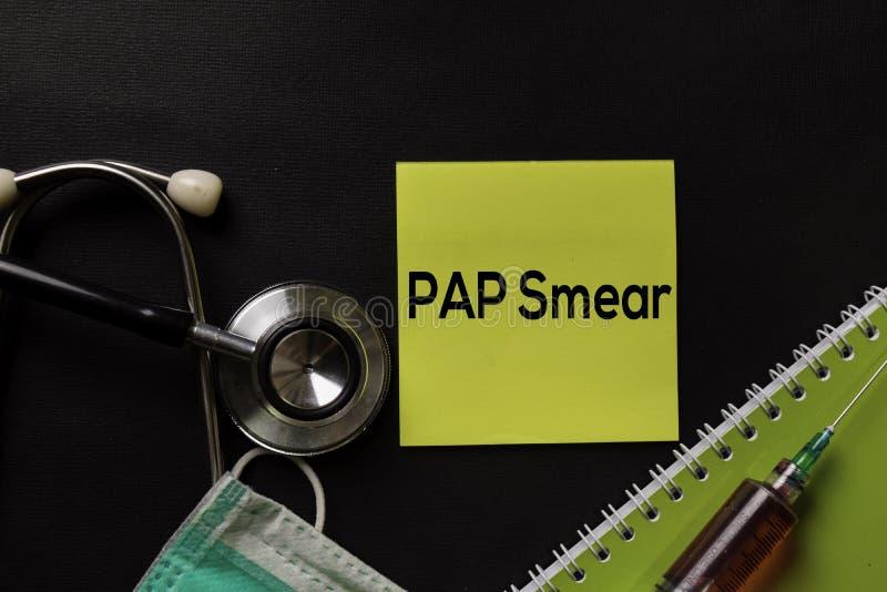 在顶视图黑色桌上的子宫颈抹片文本与血样和医疗保健/医疗概念 免版税库存图片