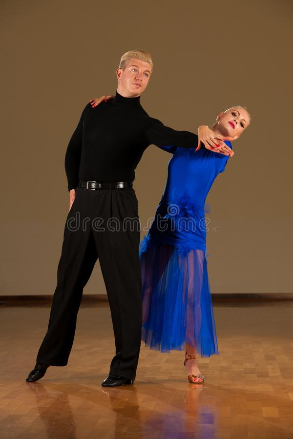 在预先形成陈列的行动的拉丁美州的舞蹈夫妇跳舞-狂放的桑巴 免版税库存照片