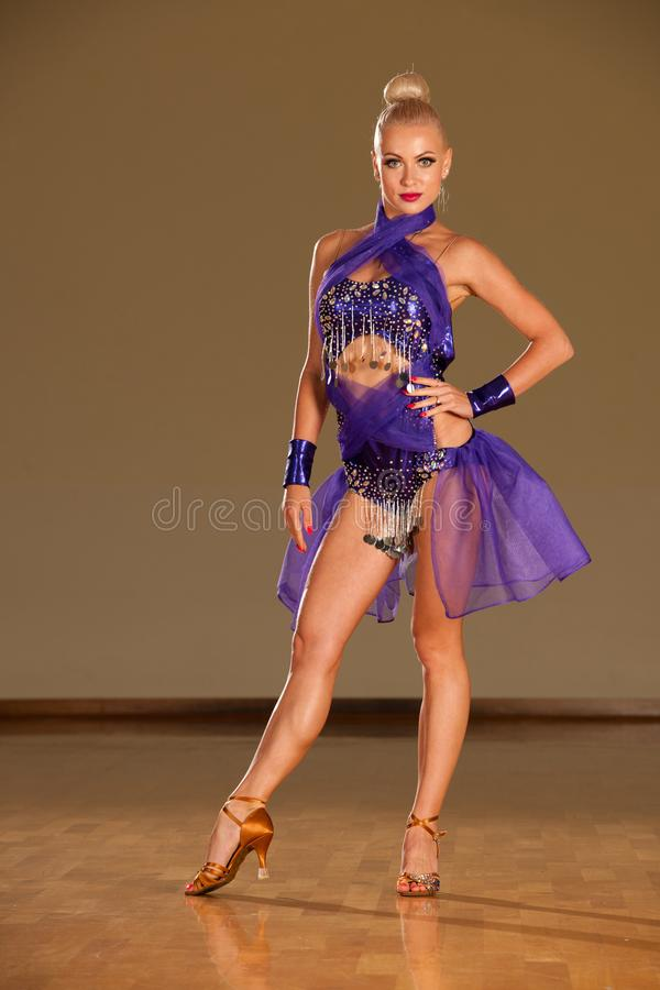 在预先形成陈列的行动的拉丁美州的舞蹈夫妇跳舞- w 免版税库存图片