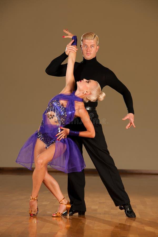 在预先形成陈列的行动的拉丁美州的舞蹈夫妇跳舞- w 免版税图库摄影