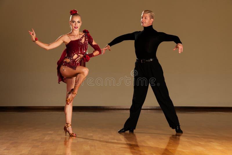 在预先形成陈列的行动的拉丁美州的舞蹈夫妇跳舞- w 图库摄影