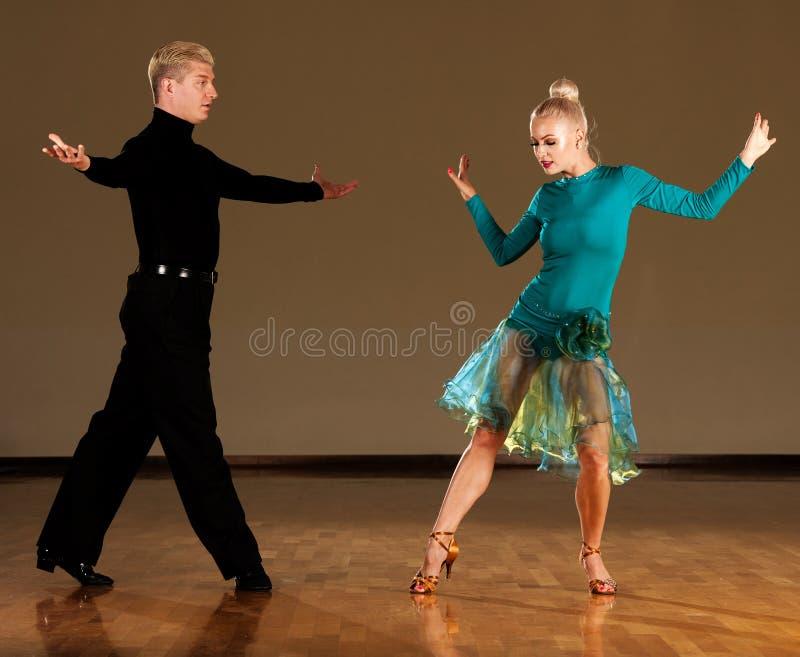 在预先形成陈列的行动的拉丁美州的舞蹈夫妇跳舞- w 免版税库存照片