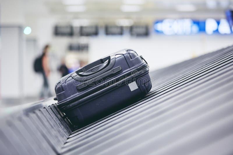 在领取行李的手提箱 免版税库存图片