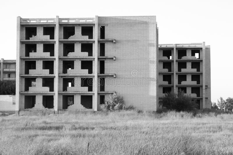 在领域中间的未完成的被放弃的砖房子 免版税库存照片