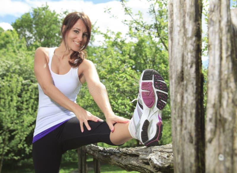 在领域和使用的妇女体育炫耀 库存图片
