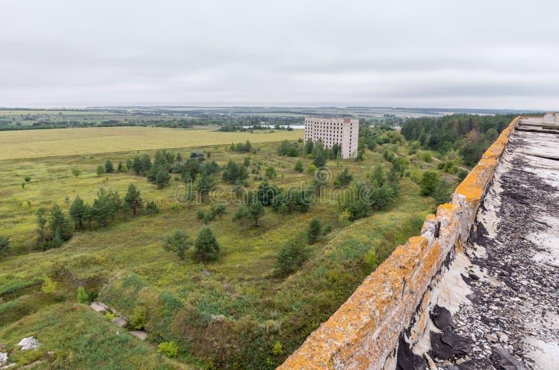 在领域和森林的鸟瞰图在屋顶上面  库存照片