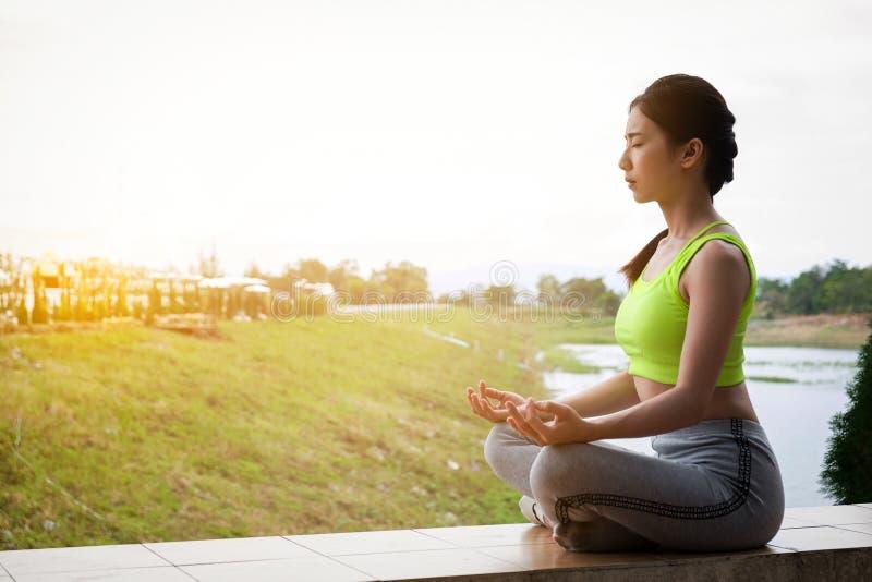 年轻在领域的健身女子实践的瑜伽,健康lifest 免版税库存照片
