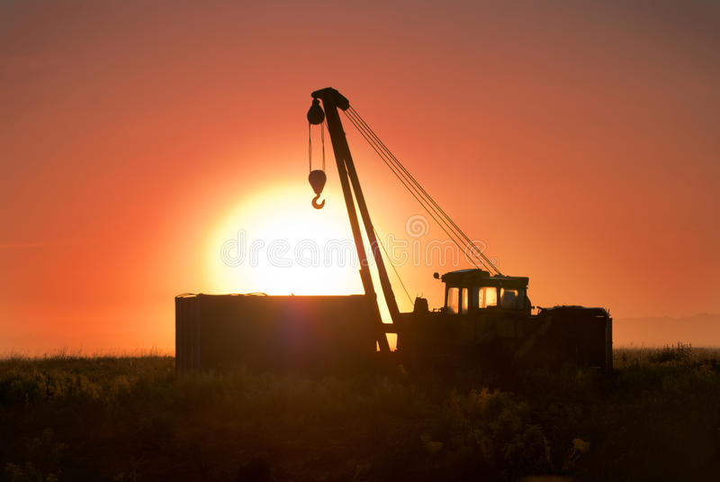 在领域的卡车起重机在黎明 库存照片