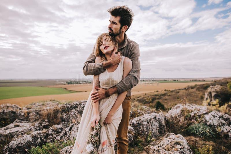 在领域的夫妇在山附近 免版税库存图片
