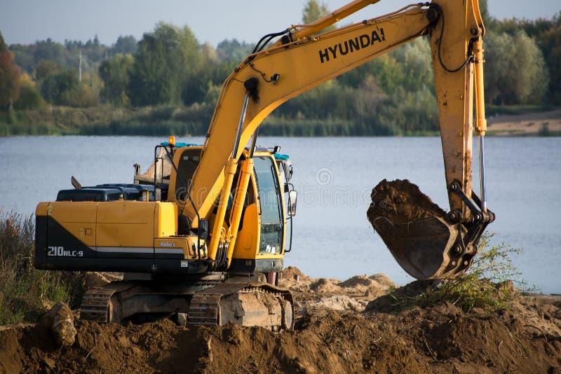 在领域的履带牵引装置挖掘机 免版税库存图片