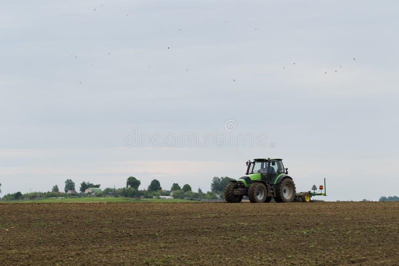 Download 在领域的拖拉机在农业操作 库存照片. 图片 包括有 收获, 城镇, 季节, 运输, 时间, 环境, 夏天 - 72363044