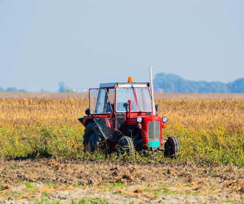 在领域的拖拉机 免版税库存照片