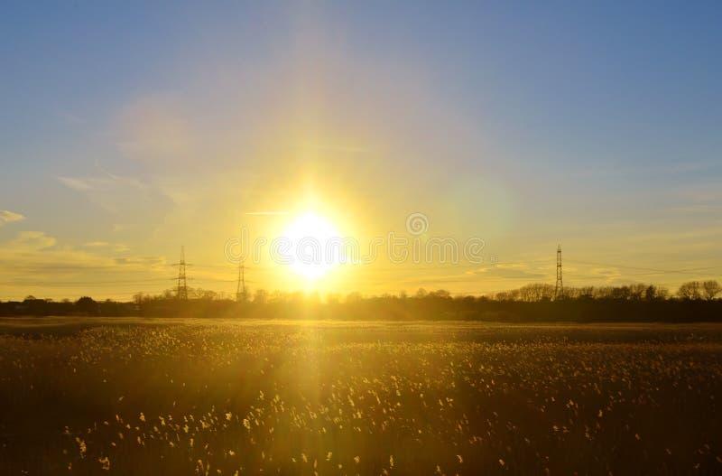 在领域的日落在巴恩附近 库存图片