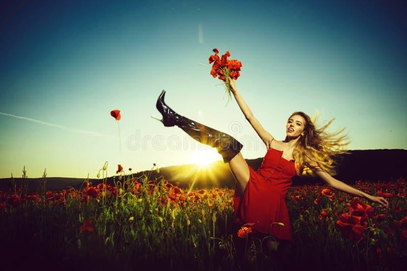 在领域的时尚射击 罂粟种子的领域的夏天女孩 免版税库存图片