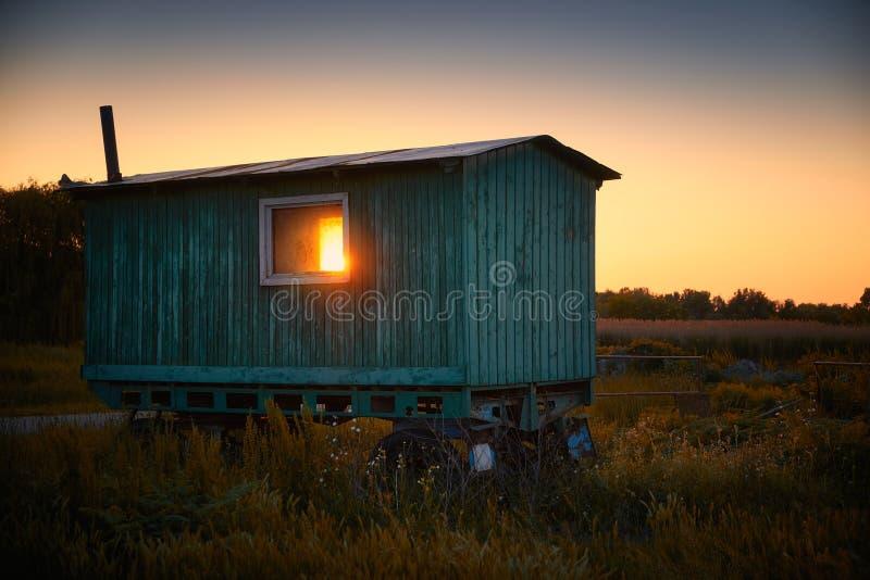 在领域的有蓬卡车 免版税库存照片