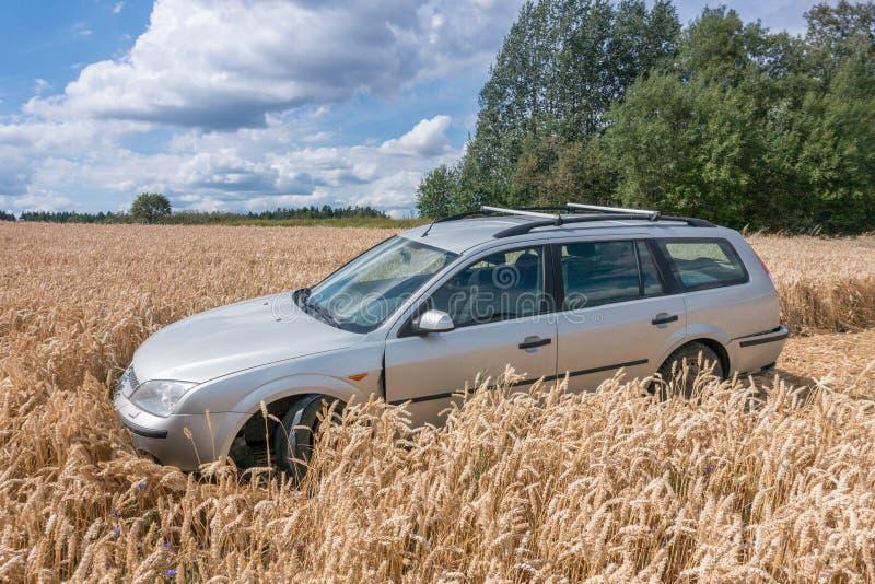 在领域的汽车 免版税图库摄影