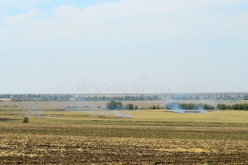在领域的火,干草在秋天烧 图库摄影