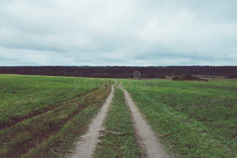 在领域的空的路 图库摄影