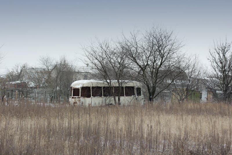 在领域的老生锈的公共汽车 库存照片
