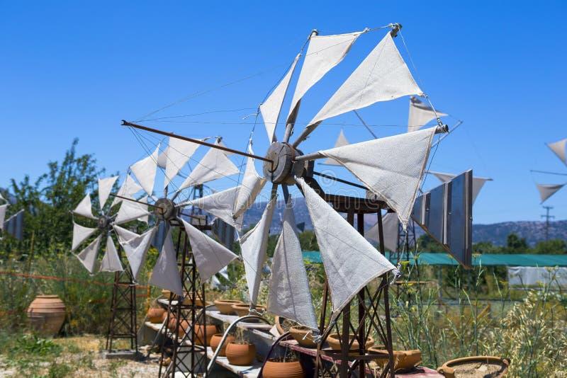 在领域的老生锈的风车 农业在希腊 免版税库存图片