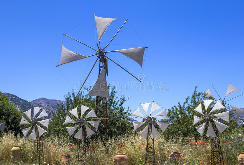 在领域的老生锈的风车 农业在希腊 免版税图库摄影