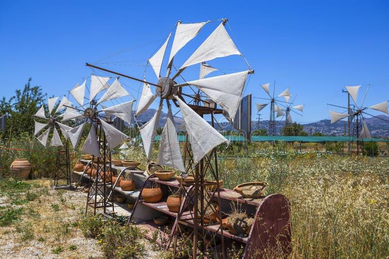 在领域的老生锈的风车 农业在希腊 免版税库存照片