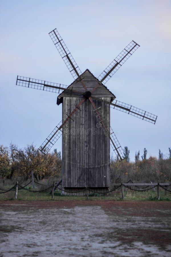 在领域立场的木风车 库存图片