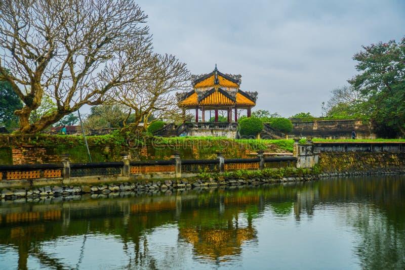 在颜色城堡,越南,亚洲筑成池塘,小亭子 库存图片