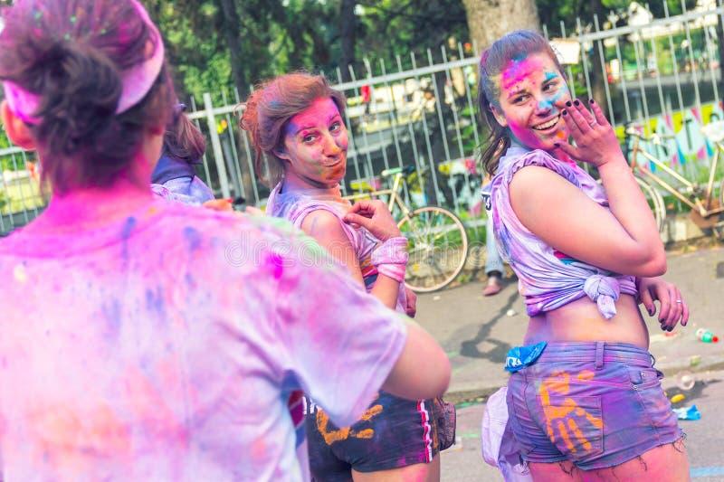 在颜色奔跑期间的愉快的selfie 库存照片