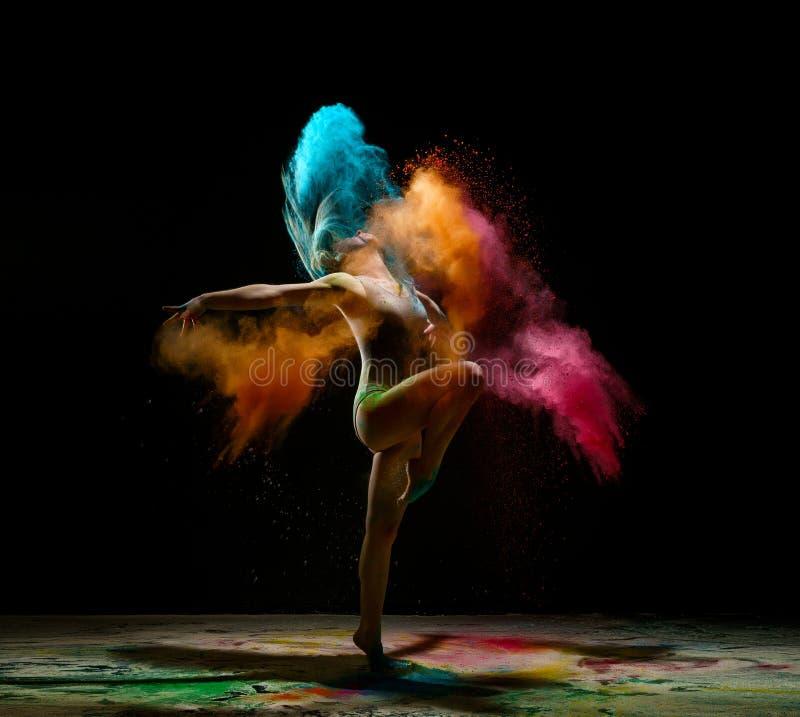 在颜色尘土演播室画象云彩的女孩跳舞  图库摄影