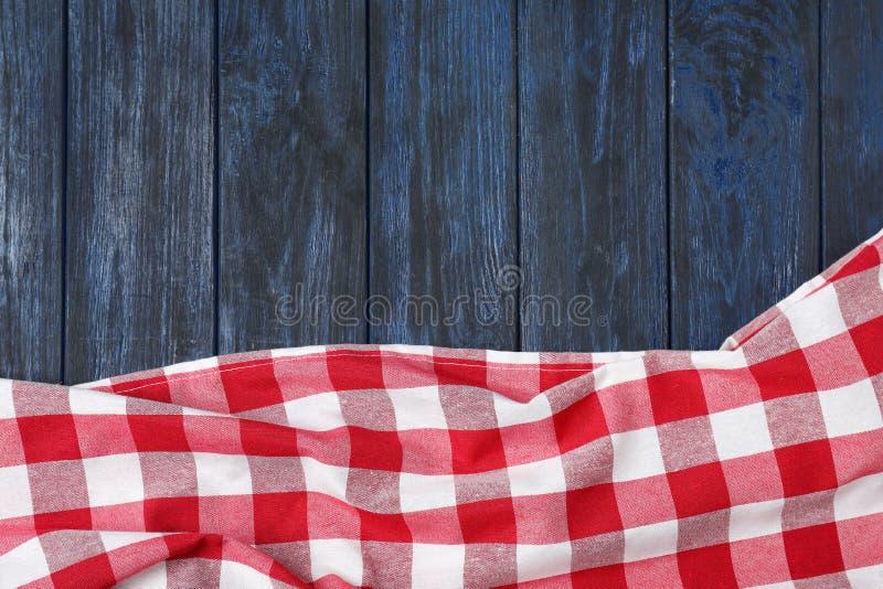 在颜色木背景的方格的野餐毯子 r 库存图片
