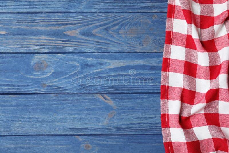 在颜色木背景的方格的野餐毯子 r 库存照片