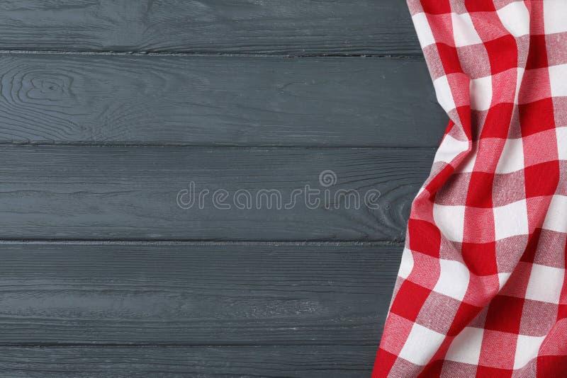 在颜色木背景,顶视图的方格的野餐毯子 免版税图库摄影