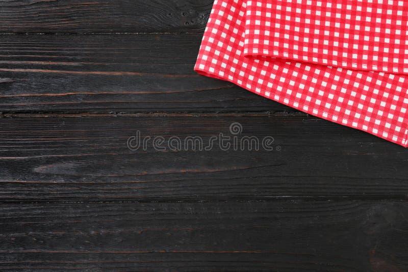 在颜色木背景,顶视图的方格的野餐毯子 免版税库存照片