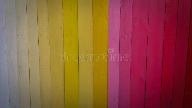 在颜色绘的墙壁白色,桔子,红色,桃红色 库存图片