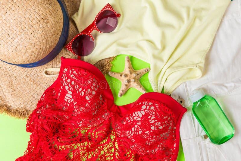 在颜色背景的妇女夏天成套装备顶视图 时尚假期概念 免版税库存图片