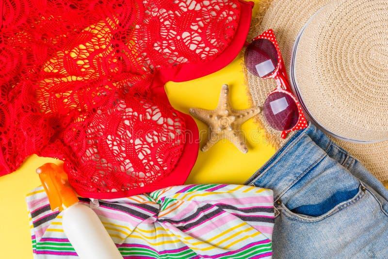 在颜色背景的妇女夏天成套装备顶视图 时尚假期概念 库存图片