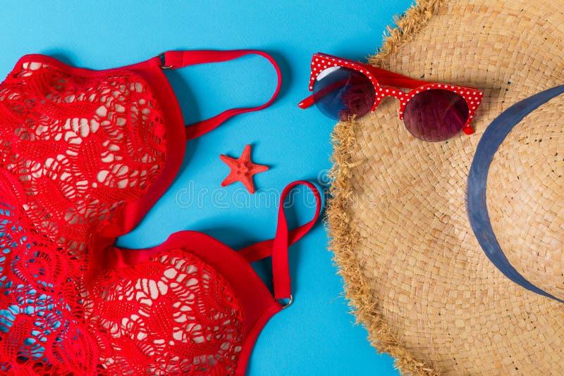 在颜色背景的妇女夏天成套装备顶视图 时尚假期概念 库存照片